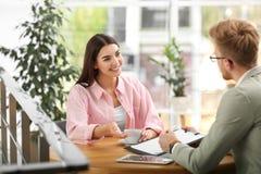 Försäkringmedel som arbetar med den unga kvinnan arkivbilder
