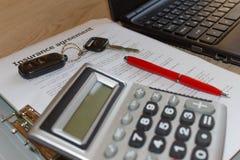 Försäkringpolitik och tangent från bilen Form för bilförsäkring med c Royaltyfria Bilder
