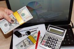 Försäkringpolitik och tangent från bilen Form för bilförsäkring med c Arkivfoto