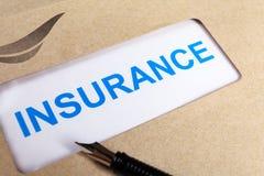 Försäkringreklamationsformen i brunt kuvert, kan använda försäkringconcep Arkivfoton