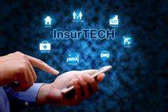 FörsäkringteknologiInsurtech begrepp, mänskligt använda för hand som är smart royaltyfri bild