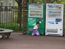 Försälja barnet som är främst av varuautomaten royaltyfri foto
