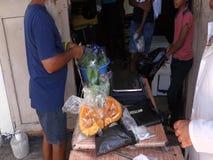 Försälja ny jordbruksprodukter på en utomhus- stall stock video