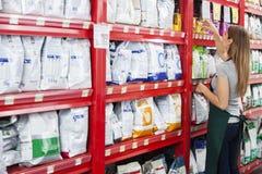 Försäljare Arranging Food Packages i älsklings- lager Fotografering för Bildbyråer