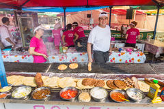 Försäljare av köttprodukter på Roshtilyade Leskovtse i Serbien Royaltyfri Fotografi
