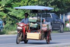 Försäljare av sorten av thailändsk mat på en motorcykel Royaltyfria Bilder