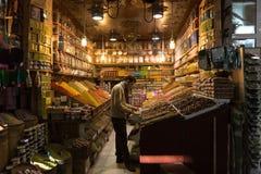 Försäljare av torkade frukter och kryddor i Marrakech Royaltyfri Foto