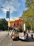 Försäljare för New York City gatamat nära Central Park, Midtown, Manhattan, NYC, NY, USA fotografering för bildbyråer