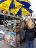 Försäljare för New York City gatamat, NYC, USA Arkivfoto