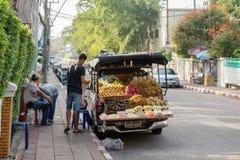 Försäljare för ny frukt förbereder sig att handla tidigt på morgonen på en gata i Pattaya royaltyfria foton