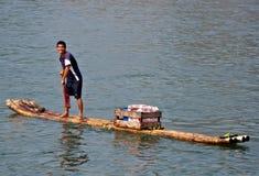 Försäljare för tropiska frukter på den Li floden Arkivbilder