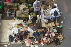 Försäljare i loppmarknaden (Barcelona, elsencants) Arkivfoton
