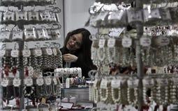 Försäljare i smycken arkivfoton
