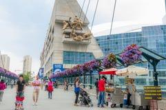 Försäljare och folk i stadens centrum Toronto Fotografering för Bildbyråer