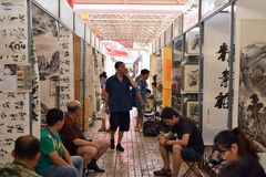 Försäljare och kunder i kalligrafi- och målningförsäljningskanalerna Arkivfoto