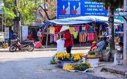 Försäljare på den lantliga marknaden i Nha Trang, Vietnam Arkivbilder