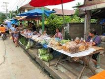 Försäljare säljer råkost och frukt på den lokala marknaden på det Wiang Tai området i Pai Thailand Arkivfoton