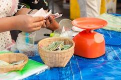 Försäljare som räknar pengar i hand efter försäljning royaltyfri bild