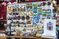 Försäljare som säljer den lokala souvenir Muscat, Oman Royaltyfria Bilder