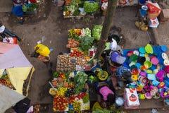 Försäljare som säljer frukter och grönsaker på Bandimen, marknadsför, i staden av Bissau Royaltyfria Foton