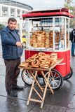 Försäljare som säljer Gevrek i Istanbul, Turkiet Arkivbild