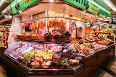 Försäljare som säljer marknadsprodukter i Santa Catarina Mercado Of Barcelona City Fotografering för Bildbyråer