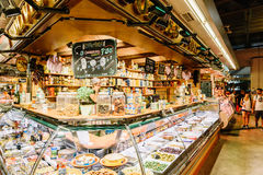 Försäljare som säljer marknadsprodukter i Santa Catarina Mercado Of Barcelona City Royaltyfria Foton