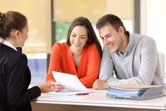 Försäljare som talar med kunder på kontoret arkivbild