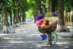 Försäljarecykel av blommor Arkivfoto