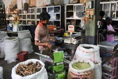 Försäljaren av kryddor som väger på hans, shoppar på fortet Cochin Arkivbilder