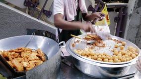 Försäljaren för strikt vegetariangatamat i Bangkok, Thailand säljer den bakade bananen till en hungrig kund stock video