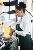 FörsäljarePacking Cheese At räknare i livsmedelsbutik Royaltyfria Foton