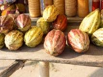 försäljning av kakaobönor vid vägrenen, Madagascar Arkivfoton