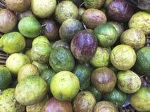 Försäljning för passionfrukt i supermarket Royaltyfri Fotografi