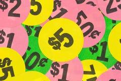 Försäljning hemifrånklistermärkear med guling fem dollar i mitt Arkivbild