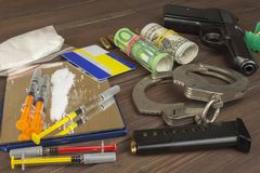 Försäljningar av droger Internationellt brott, droghandel Droger och pengar på en trätabell Royaltyfri Fotografi