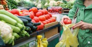 Försäljningar av nya och organiska grönsaker och frukter på den gröna marknaden eller bönder marknadsför i Belgrade under helg Al arkivbilder