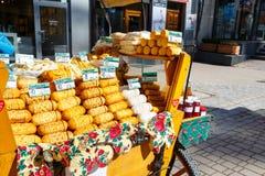 Försäljningar av oscypekost på Krupowki i Zakopane arkivbild