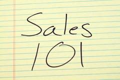 Försäljningar 101 på ett gult lagligt block Royaltyfri Bild