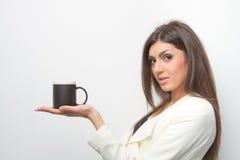 Försäljningar som damen rymmer en produkt gömma i handflatan på arkivfoto