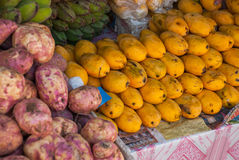 Försäljningen av frukt Marknad på gatan manila philippines arkivfoto