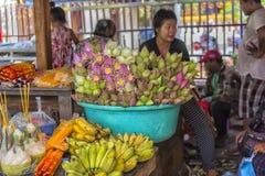 försäljningen av lotusblommablommor nära en buddistisk tempel Royaltyfri Foto