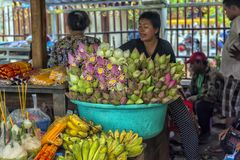 försäljningen av lotusblommablommor nära en buddistisk tempel Arkivbilder