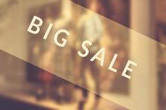 försäljningen shoppar teckenfönstret Arkivfoton