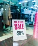 försäljningen shoppar teckenfönstret Royaltyfria Bilder