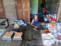 Försäljningsägg för gammal kvinna på Khlong Luang Phaeng marknadsför Arkivbild
