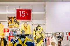 Försäljningsbefordran av detaljisten för kvinnamodekläder i shoppinggalleria, försäljningsåtlöje annonserar upp ramen för att sho arkivfoton