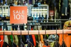 Försäljningsbefordran av detaljisten för manmodekläder i shoppinggalleria, försäljningsåtlöje annonserar upp ramen för a royaltyfri foto