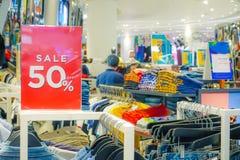 Försäljningsbefordran av detaljisten för manmodekläder i shoppinggalleria, försäljningsåtlöje annonserar upp ramen för a arkivbild