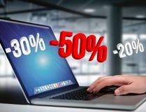 Försäljningsbefordran 20% 30% och 50% som flyger över en manöverenhet - Shopp Fotografering för Bildbyråer